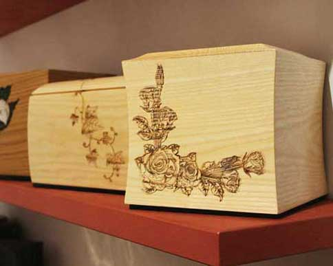 Urne cinerarie decorate e intagliate a mano in legno